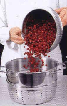 Сок из соковарки_насыпать ягоды