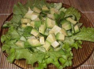 Салат с огурцом и авокадо_ на тарелке