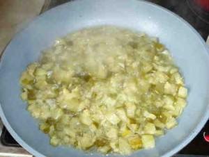 Приготовление супа солянки_припускаем огурец