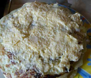 Закусочный торт из кабачков_блин намазываем чесноком