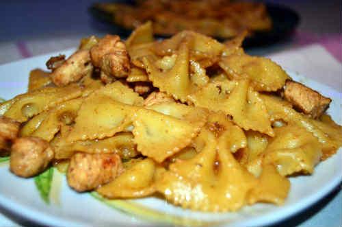Фарфалле с курицей_ в порционных тарелках