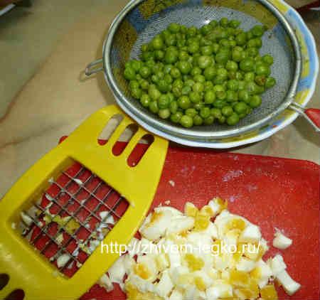 Вкусный  рыбный салат_зеленый горошек и нарубленные яйца