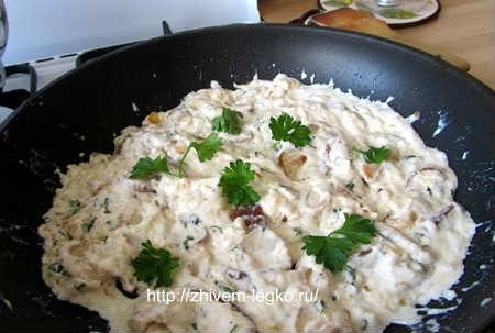 Грибы в сметане на сковороде_приготовить соус