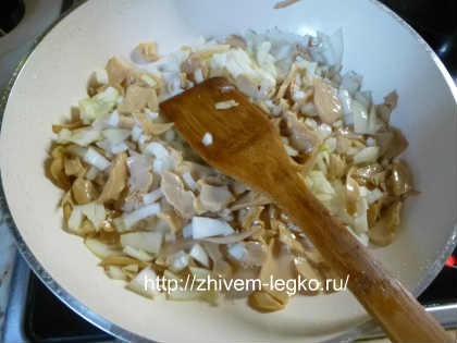 Запеканка из кабачков в духовке_обжарить грибы