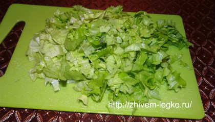 Салат из слабосоленой семги_порвать на кусочки листья салата