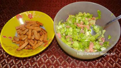 Салат из слабосоленой семги_смешать лимон, рыбу, салат