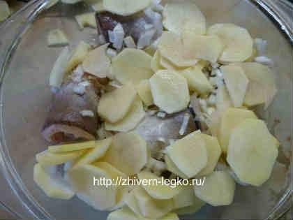 Хек тушеный с овощами_ в форму выложить лук, картошку