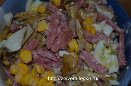 рецепт салата из копченой колбасы с огурцом