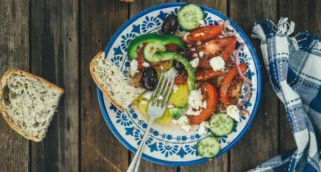 Салат греческий, рецепт классический с брынзой_с хлебом