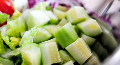 Салат греческий, рецепт классический с брынзой_нарезать огурцы