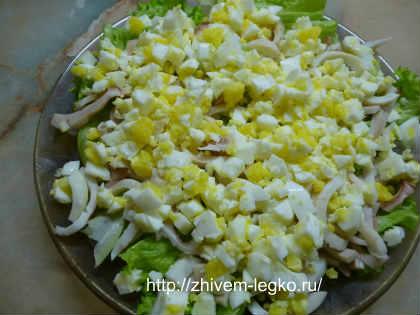 Салат из кальмаров простой и вкусный_уложить слоем яйца