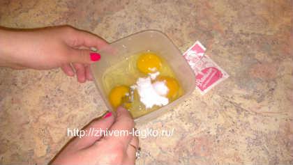 Самая вкусная творожная запеканка_размешиваем ванилин и яйца