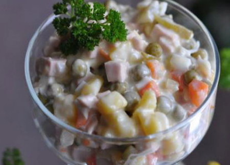 Оливье- рецепт с фото, как вкусно приготовить_перекладываем в салатницу