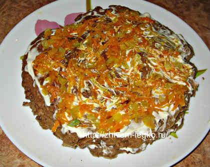 Печёночный торт, рецепт с фото пошагово_ выложить обжаренные овощи сверху
