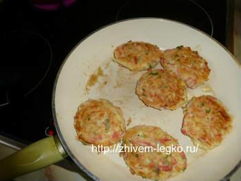 Котлеты из крабовых палочек с сыром-рецепт_обжарить котлеты на сковороде
