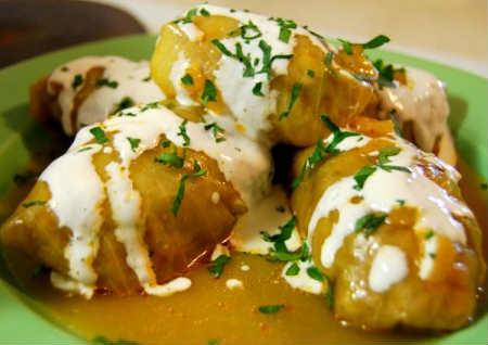 Голубцы в духовке в томатно-сметанном соусе_разложить по тарелкам