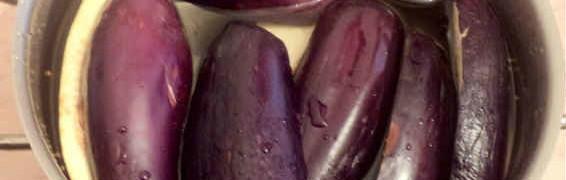 Лодочки из баклажанов в духовке с фаршем_баклажаны в тарелке