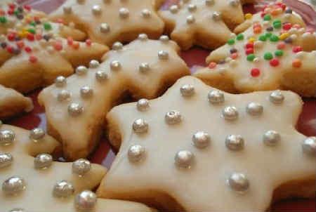 Новогоднее печенье с глазурью рецепт с фото_украшение сахарными шариками