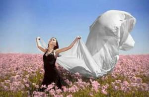 Секреты молодости и долголетия_девушка на поле