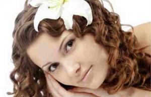 Домашние средства для укрепления волос_девушка с кудрявыми волосами
