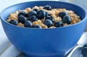 Рецепты полезного завтрака_ каша с черникой