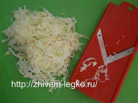 Салат с вареными кальмарами_нашинковать капусту