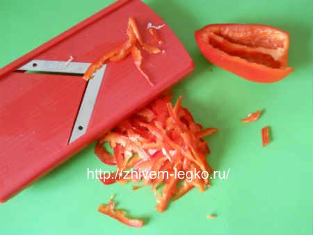 Салат с вареными кальмарами_нарезать болгарский перец