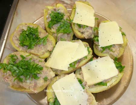 Картофель фаршированный в духовке_накрыть ломтиками сыра