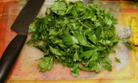 Начинки для пельменей из зелени_ порезать зелень ножом