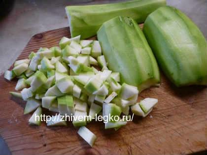 Запеканка из кабачков в духовке_ кабачки почистить, нарезать кубиками
