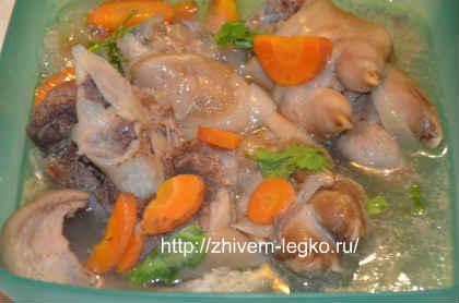 Рецепт холодца из свиных ножек мужужи_вынуть ножки из кастрюли