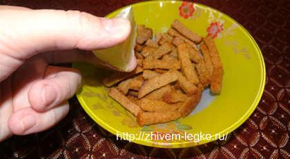 Салат из слабосоленой семги_полить сухарики лимонным соком