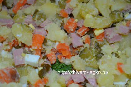 Как приготовить салат оливье_соединить продукты вместе, добавить майонез