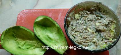 Салат с авокадо и тунцом_вычистить мякоть