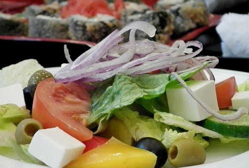 Салат греческий, рецепт классический с брынзой_готовый салат