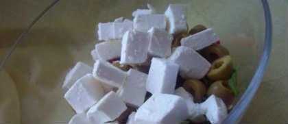 Салат греческий, рецепт классический с брынзой_нарезать кубиком брынзу