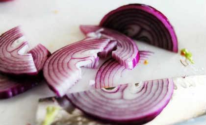 Салат греческий, рецепт классический с брынзой_ лук кольцами
