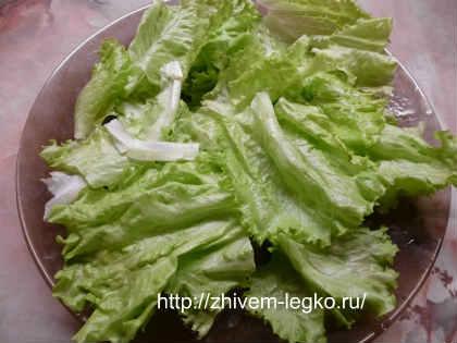 Салат из кальмаров простой и вкусный_застелить листьями