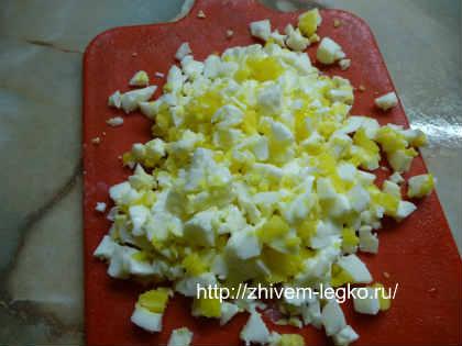 Салат из кальмаров простой и вкусный_нарезать яйца