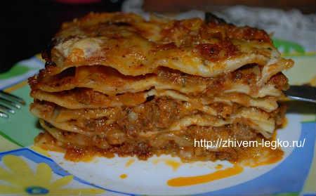 Лазанья- рецепт с фаршем в духовке_ кусок лазаньи на блюде