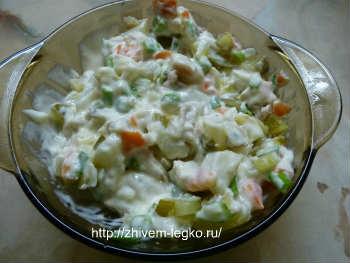 Салат с кальмарами- самый вкусный и простой_заправить салат
