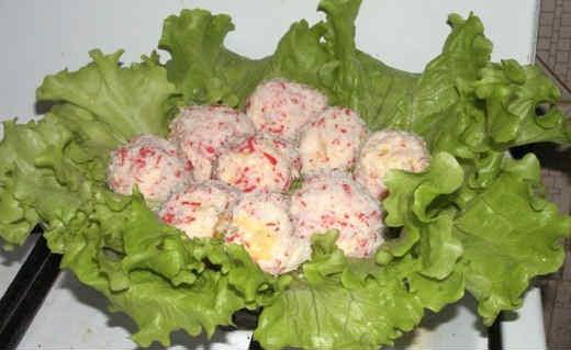 Рафаэлло из крабовых палочек рецепт с фото_ выложить на листья салата